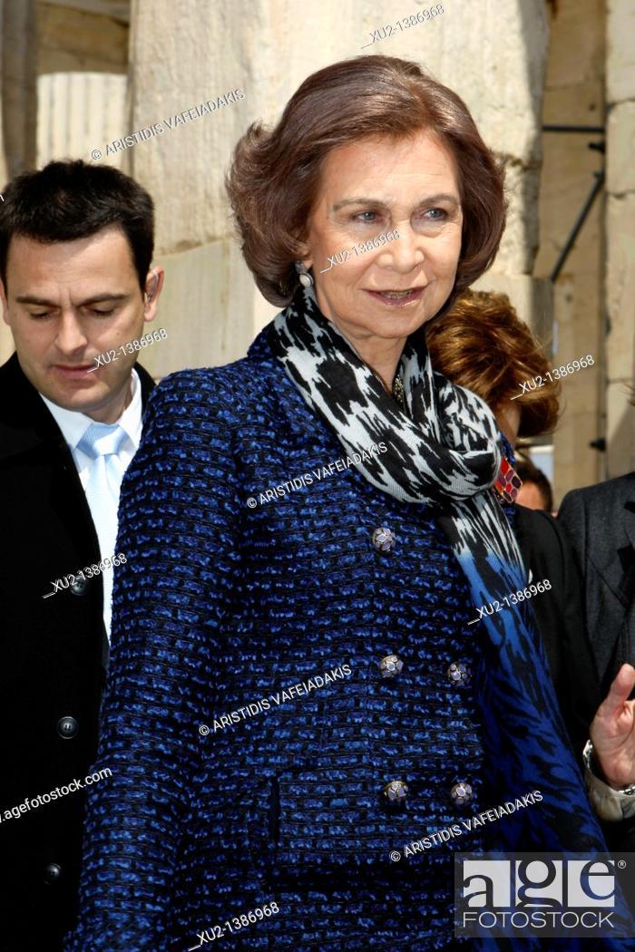 Imagen: Queen Sofia of Spain visits Acropolis hill.