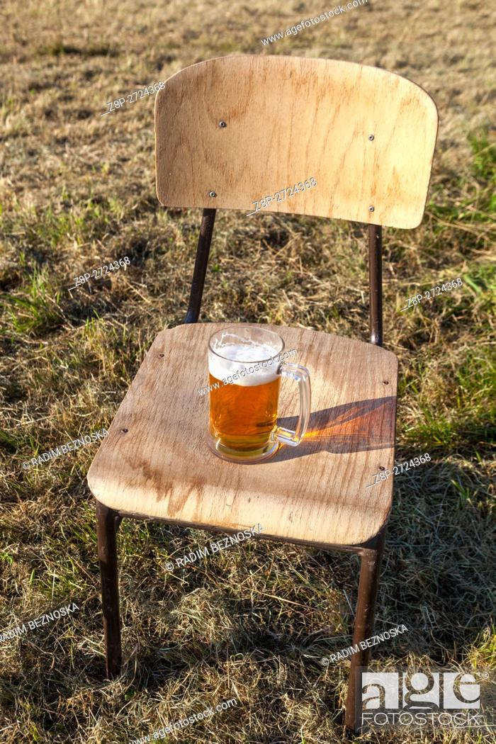 Imagen: Glass of draft beer on a chair.