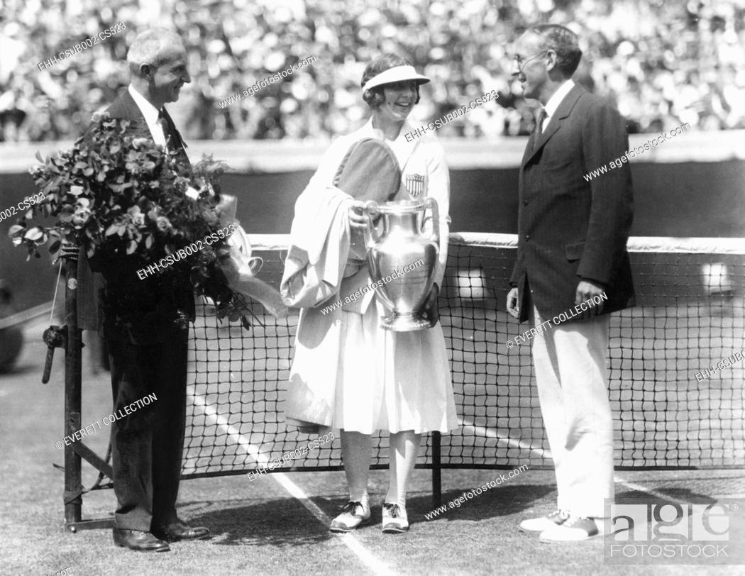 Imagen: Helen Wills holds the trophy for winning the National Women's Singles Championship. August 18, 1923. 17 year old Wills won her final match with Molla Mallory in.