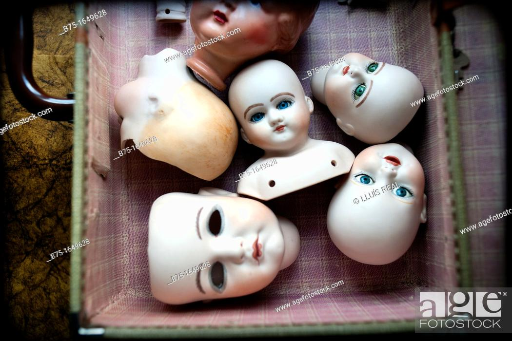 Stock Photo: many porcelain heads together in a suitcase.