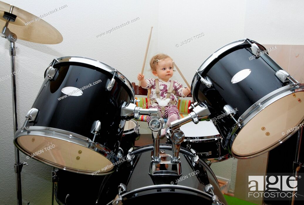 Imagen: Baby girl playing drums.