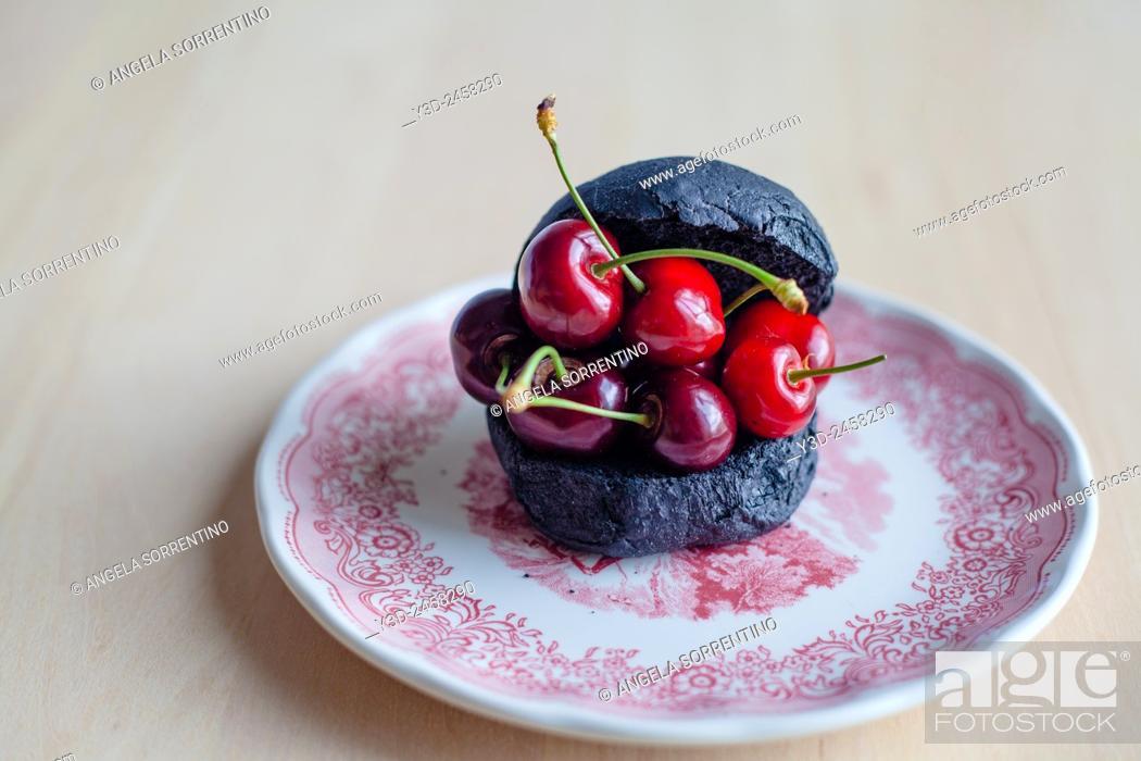 Imagen: Black bread and cherries.