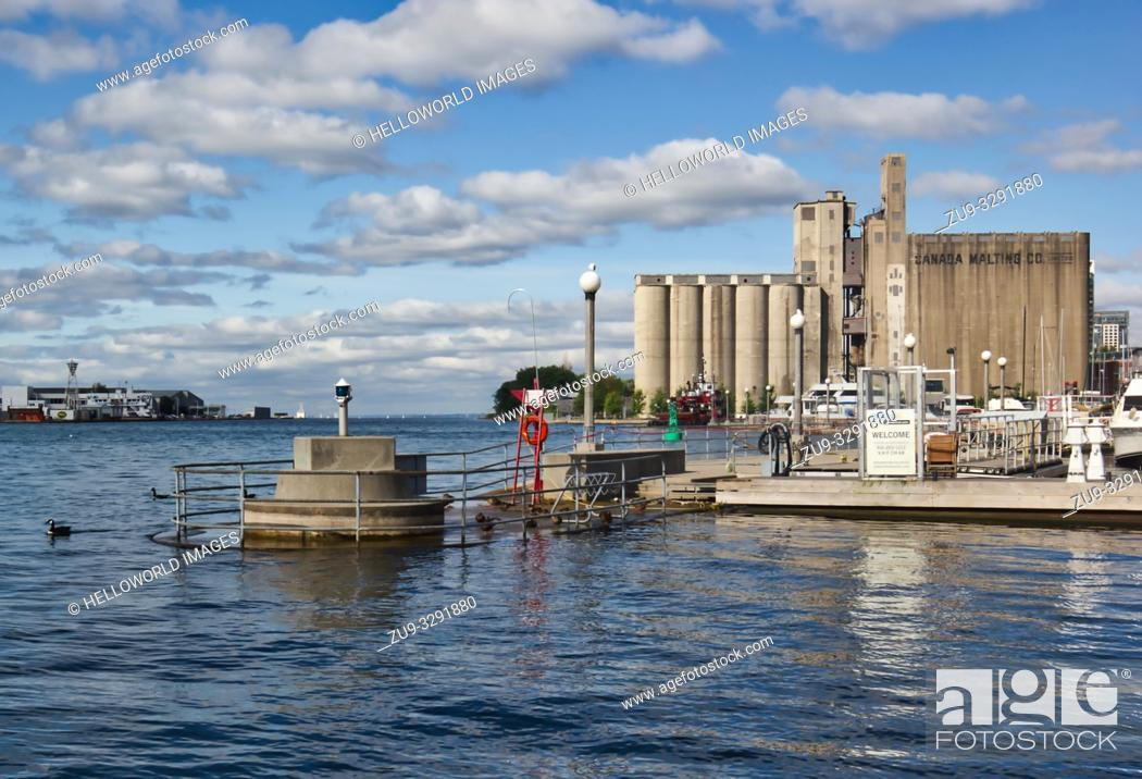 Photo de stock: Canada Malting silos industrial functionalist architecture, Toronto, Ontario, Canada Built in 1928 to store malt and seen as an important work of industrial.