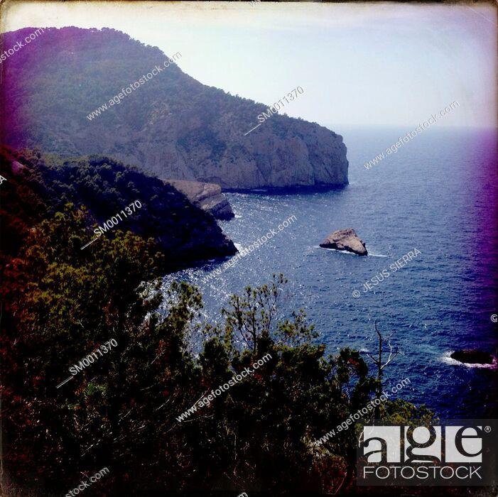 Imagen: Cala Portixol in Ibiza, Spain.