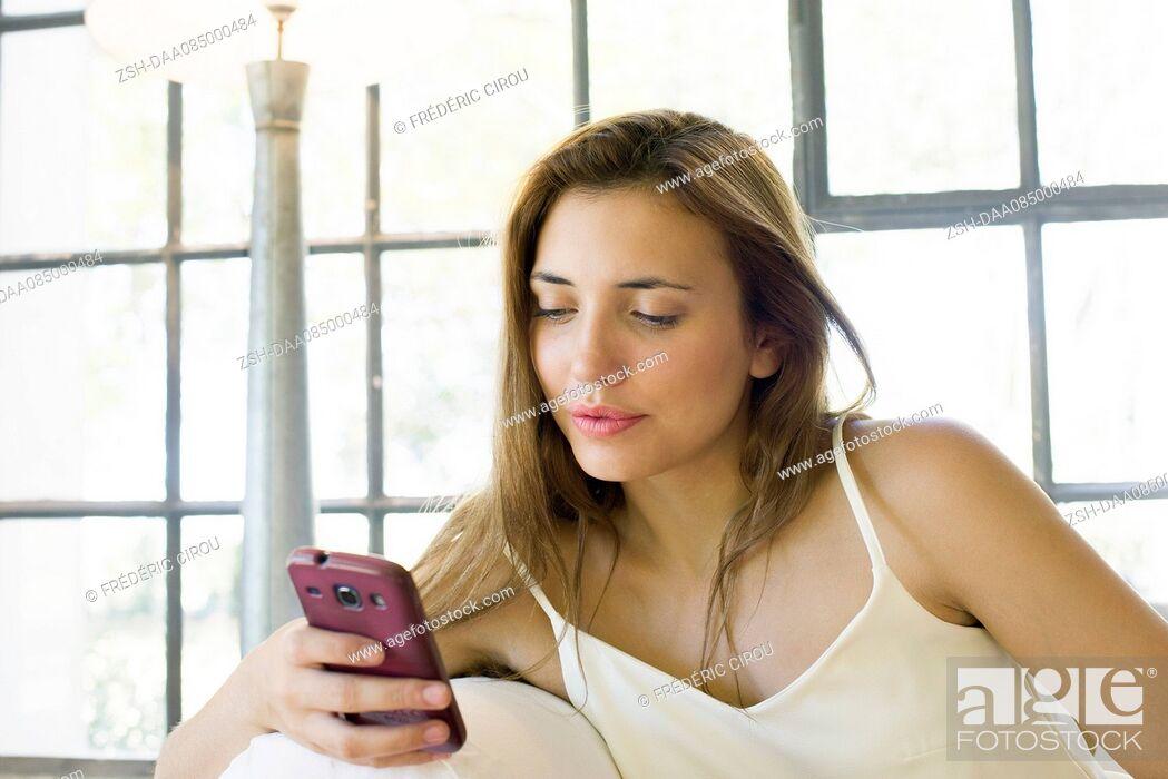Imagen: Woman using smartphone.