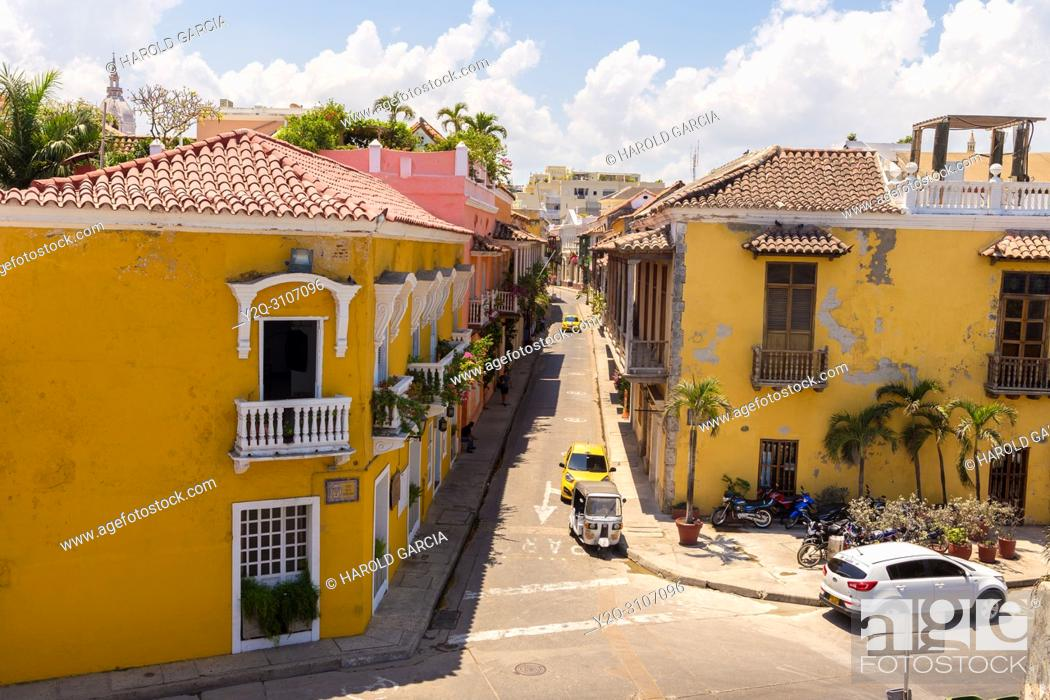 Imagen: Cartagena Old Walled City historical heritage of humanity by UNESCO and modern highway. Cartagena, Colombia.