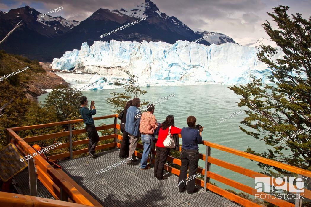 Stock Photo: Tourists view Perito Moreno glacier front from platform, Parque Nacional Los Glaciares, Patagonia, Argentina.