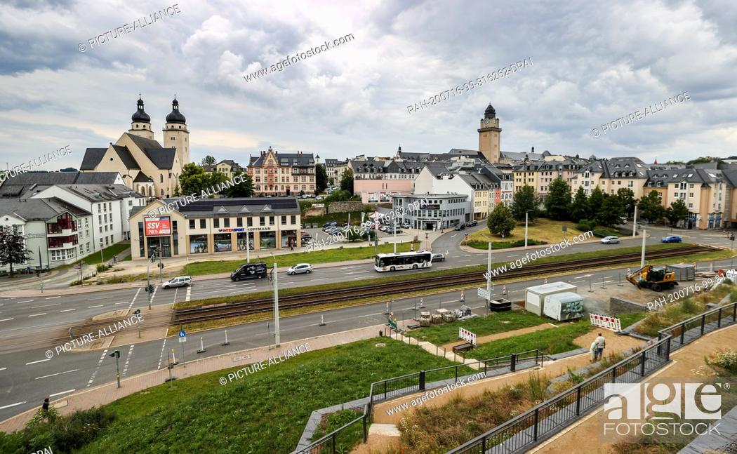 Photo de stock: 16 July 2020, Saxony, Plauen: View of the city centre with the construction site and the presumed location of an unexploded bomb from the Second World War below.
