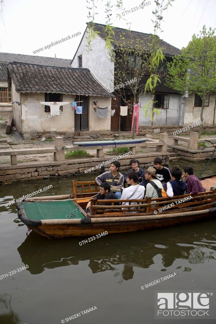 Imagen: Excursion boat tour at Zhouzhang, Shanghai suburb, China.