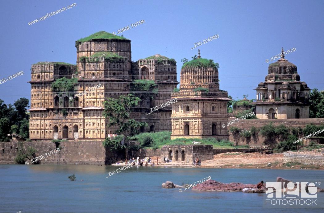 Imagen: Cenotaphs or chhatris at the banks of river Betwa, Orchha Madhya Pradesh India.