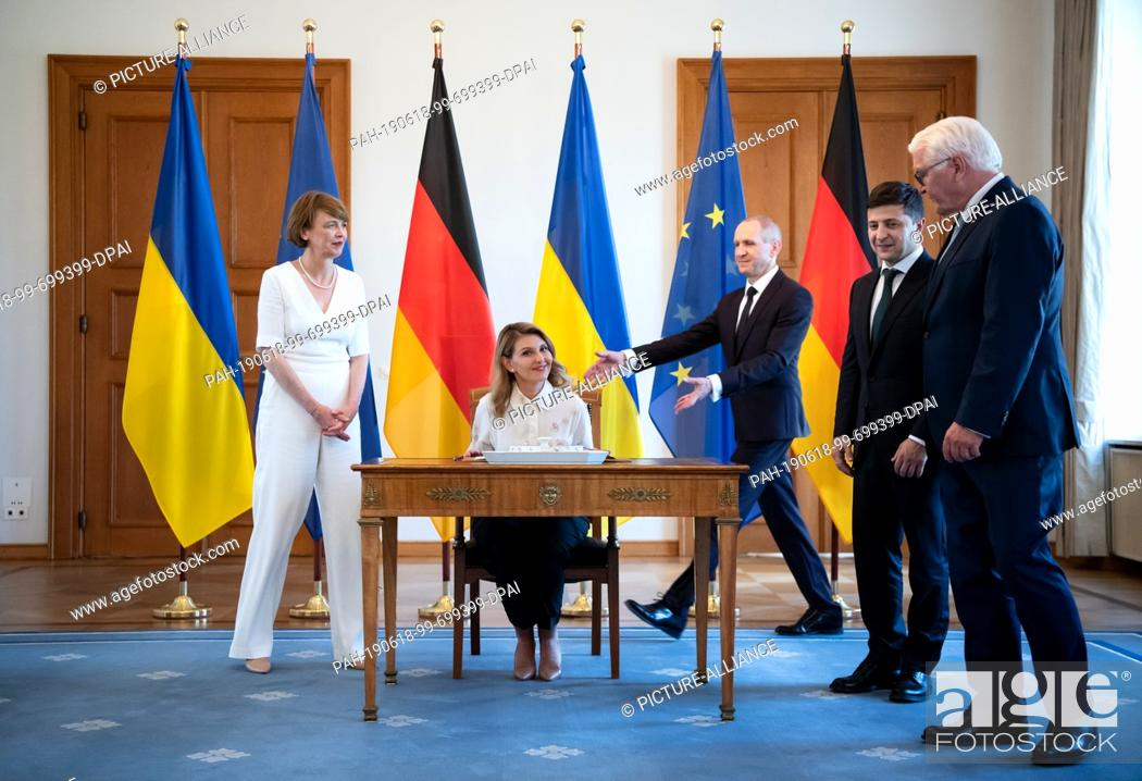 Imagen: 18 June 2019, Berlin: Olena Selenska (2nd from left) signs the guest book in the presence of her husband, Volodymyr Selensky (2nd from right).