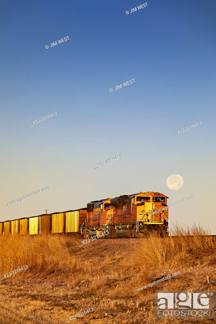 Imagen: Cairo, Nebraska - A BNSF coal train in the sand hills of Nebraska. Each day, as many as 100 coal trains, each about a mile long.