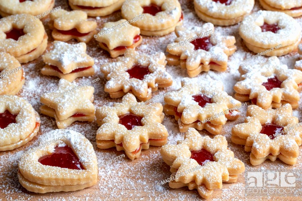 Imagen: Traditional Linzer Christmas cookies filled with strawberry jam and dusted with sugar.