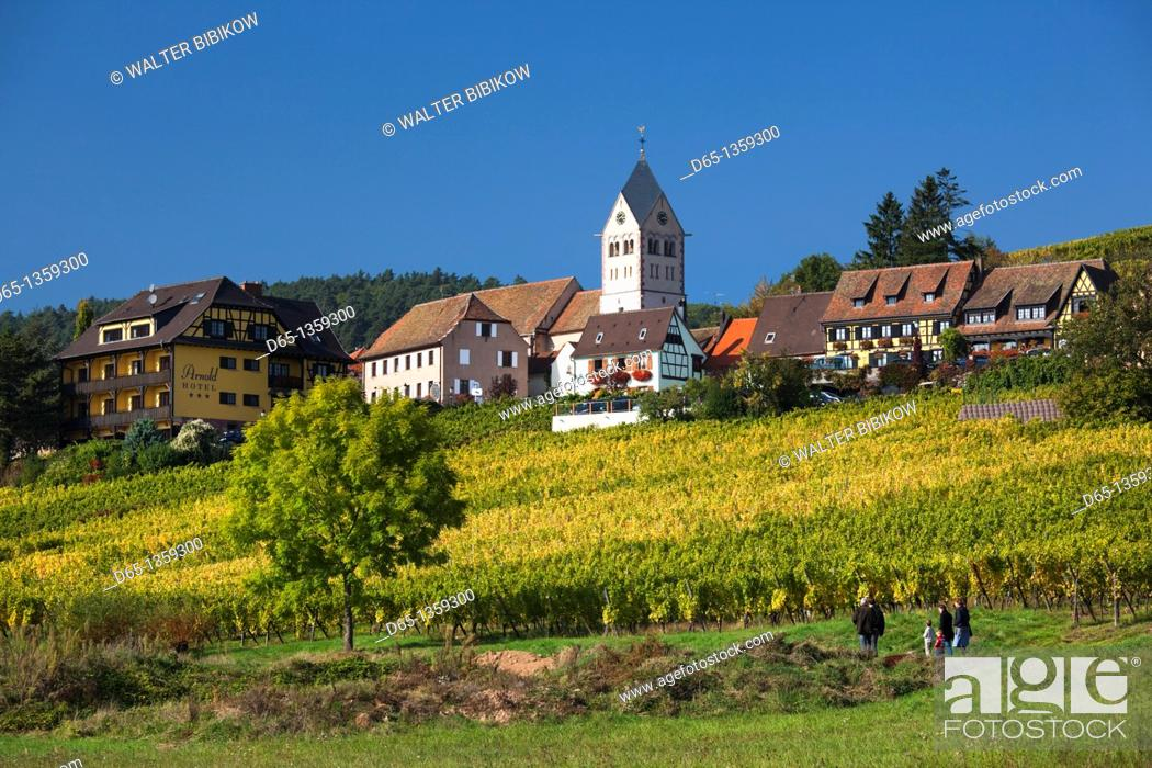Stock Photo: France, Bas-Rhin, Alsace Region, Alasatian Wine Route, Itterswiller, town view.