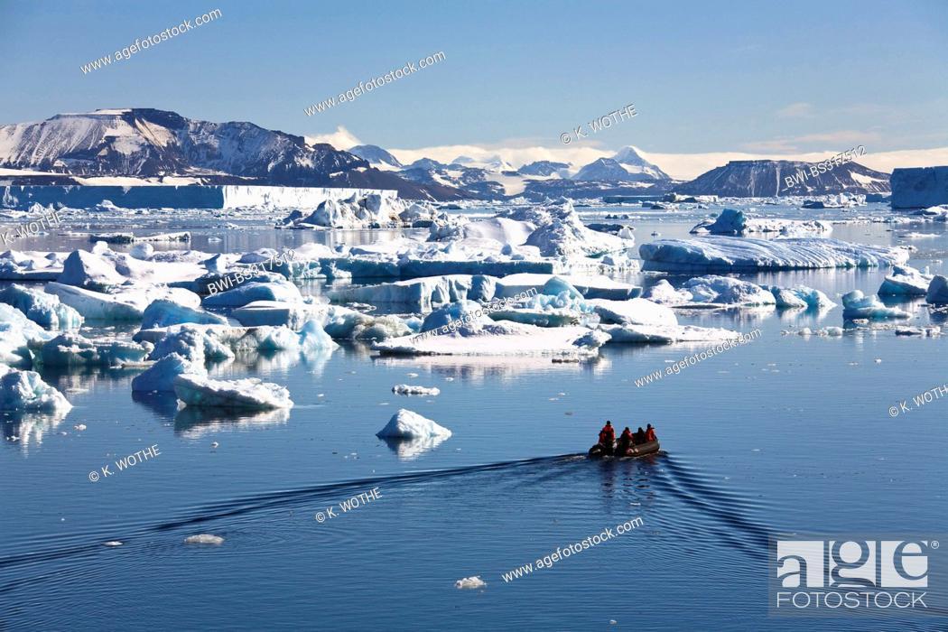Imagen: rubber raft trip among icebergs in the Weddell Sea, Antarctica.