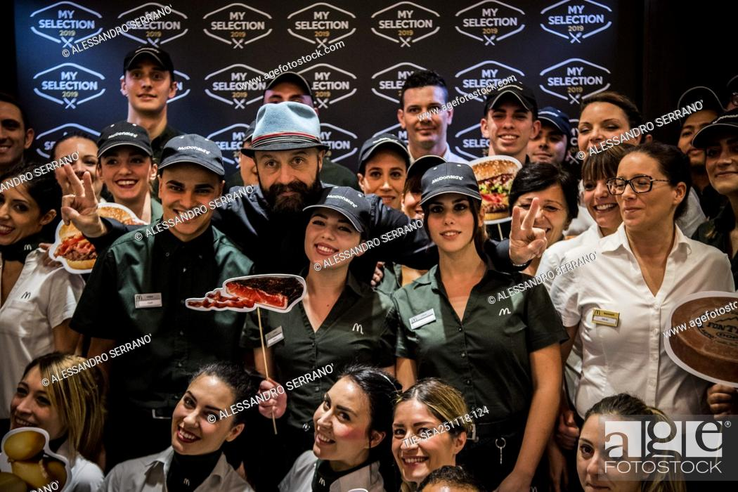 Imagen: The restaurateur Joe Bastianich with the staff of the Mc Donald's during the presentation of the new 'My selection 2019' of Mc Donald's in Rome.