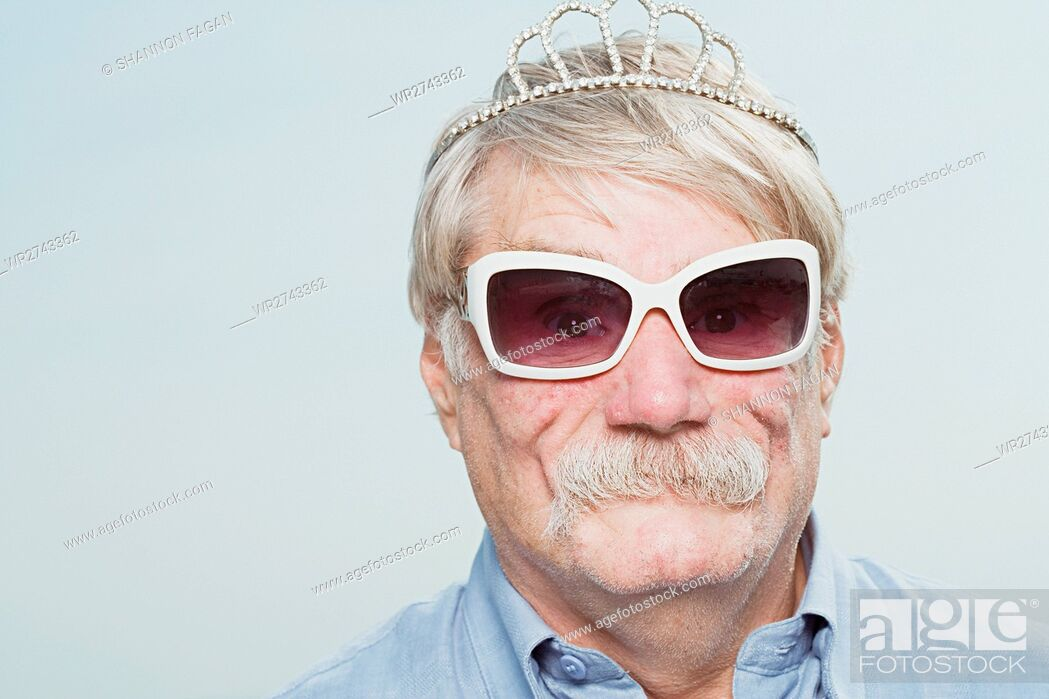 Imagen: Senior man wearing a tiara and sunglasses.