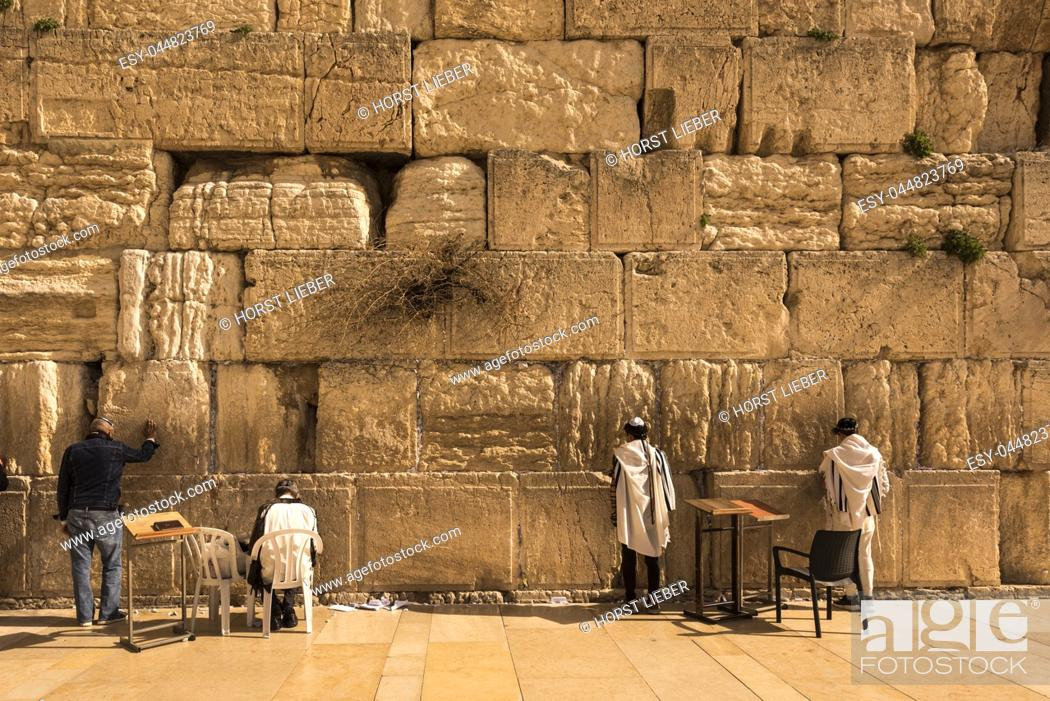 Photo de stock: Pilgrims visiting the Wailing Wall in Jerusalem, Israel, Middle East.
