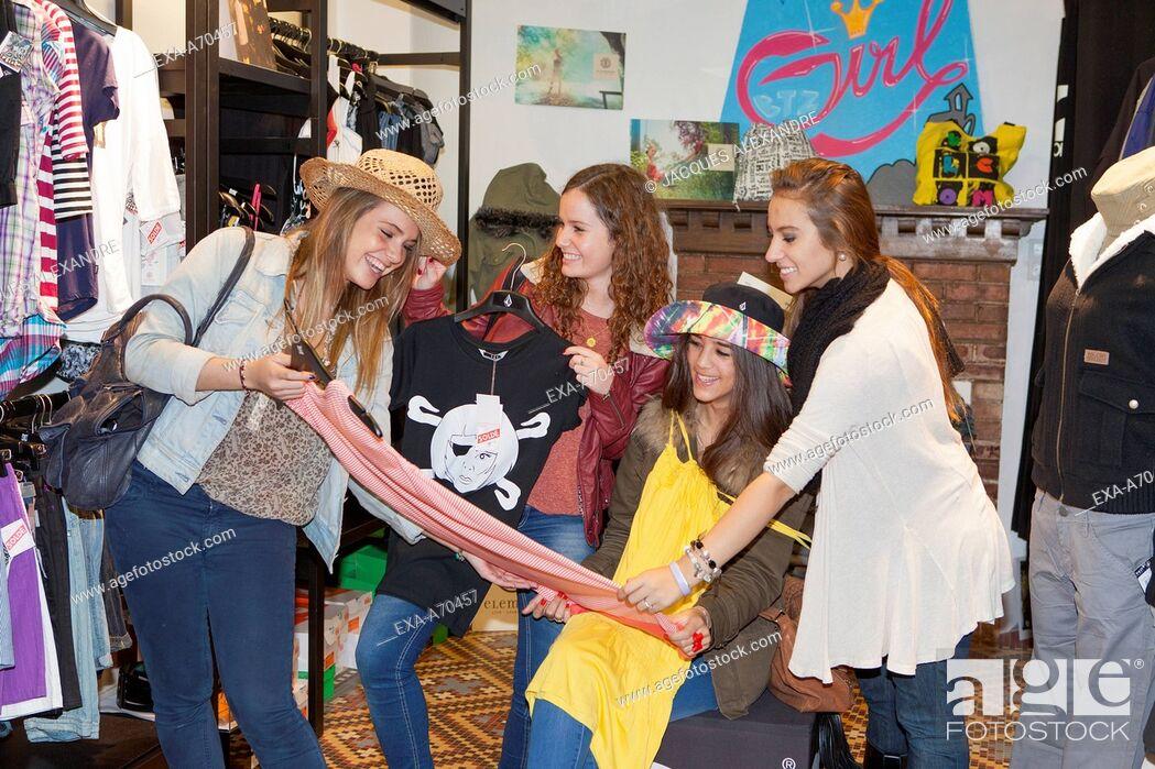 Imagen: group of girls shopping.