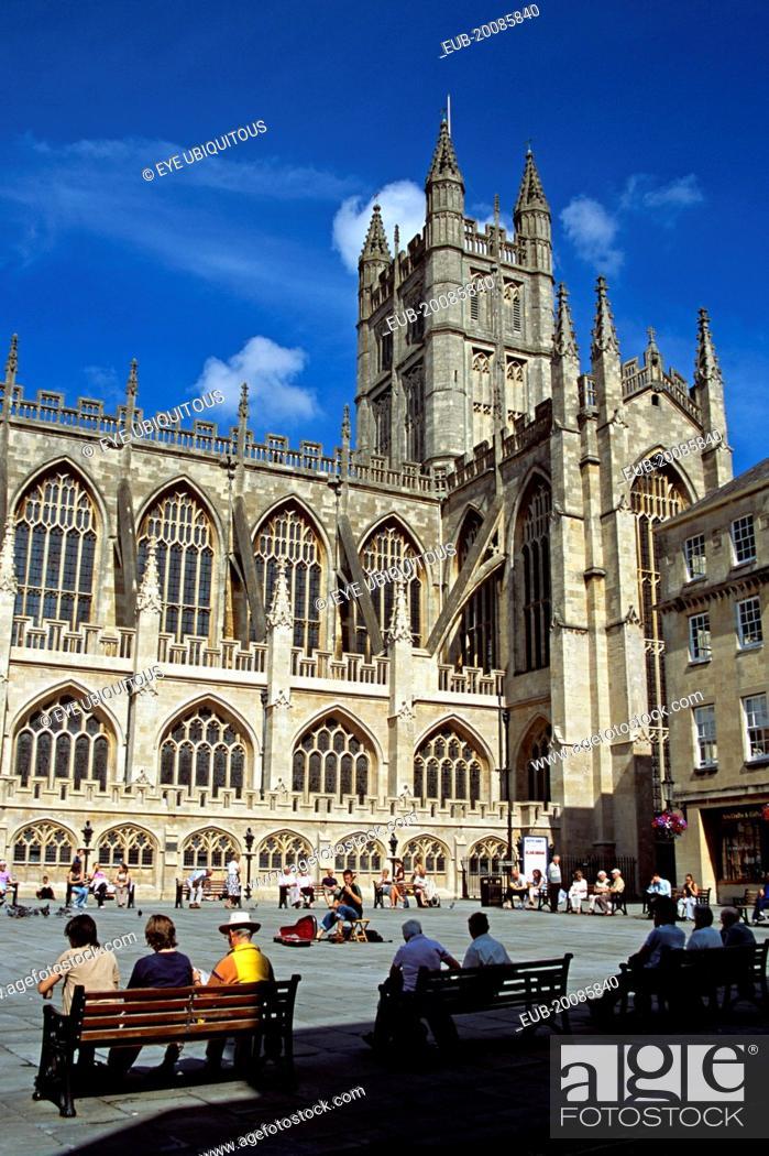 Imagen: Bath Abbey, classical guitarist and tourists, Bath, Somerset, England.