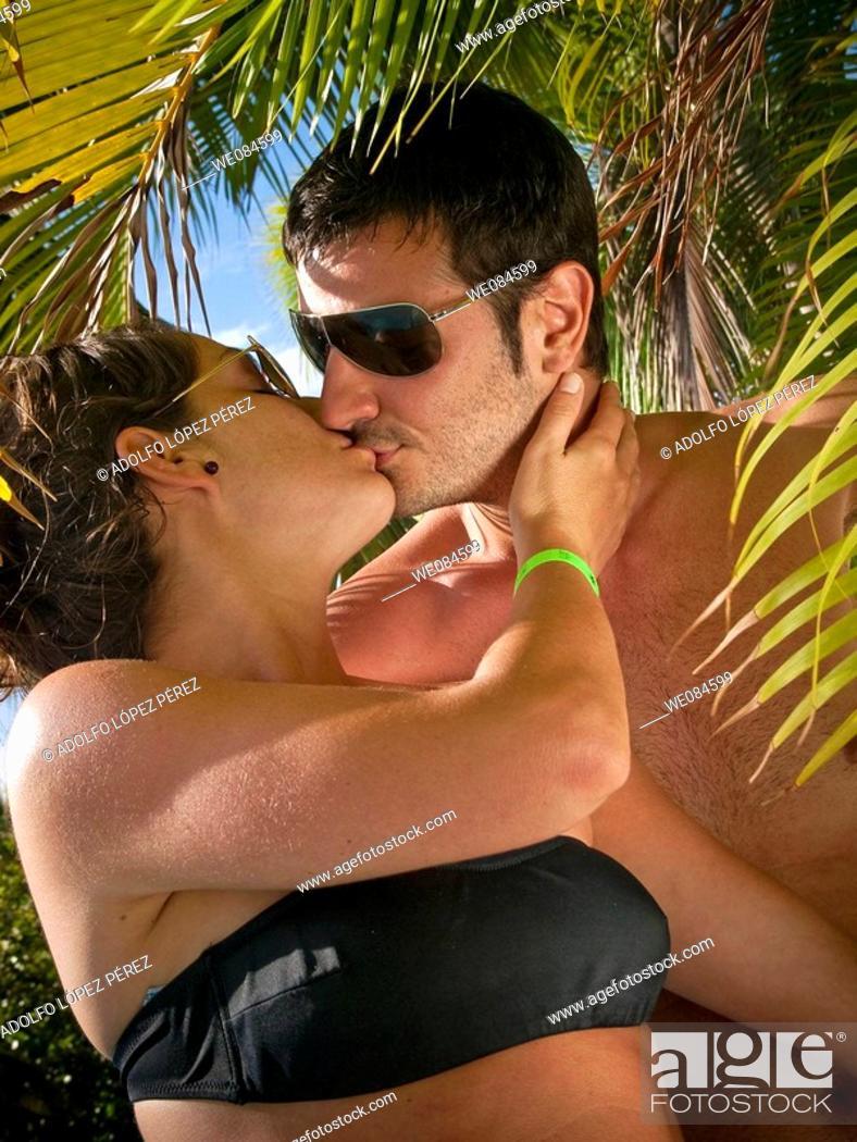 Stock Photo: pareja besándose en Punta Cana, República Dominicana.