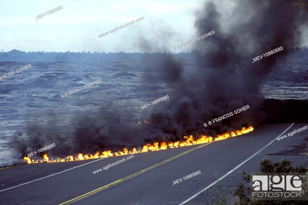 Imagen: USA - Hawaii - Big Island - Eruption of the Pu'u O'o Vent - a vent of the Kilauea Volcano (Volcano Kilauea). Lava flow has cut the highway on the south side of.