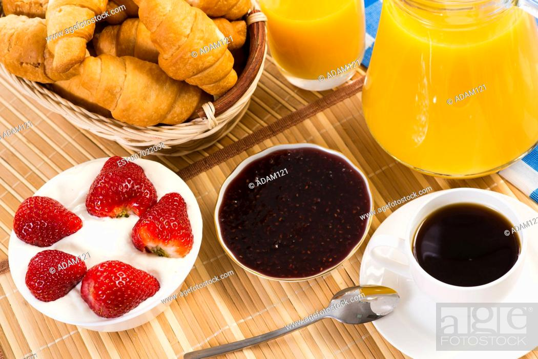 Imagen: continental breakfast: coffee, strawberry and cream, croissant and juice.