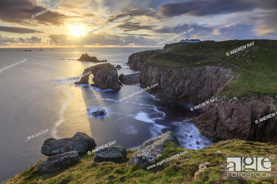 Imagen: The setting sun at Land's End in Cornwall, captured using a long shutter speed on an evening in mid May when sunlight was shining though the Enys Dodman natural.