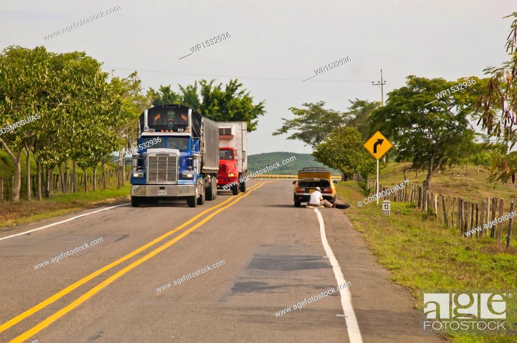 Imagen: Trucks on the Road Cordoba, Colombia.