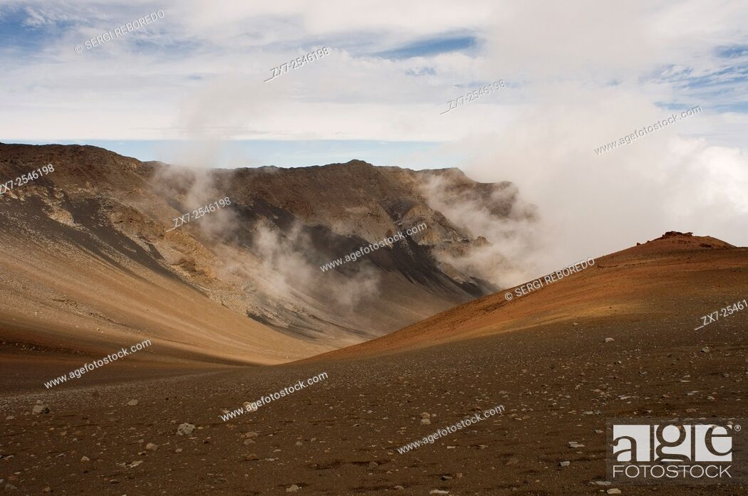 Imagen: Summit of Puu Ulaula. Maui. Hawaii. Summit of Puu Ulaula with departing several trekings foot or horseback to descend 900 meters into the bowels of the volcano.