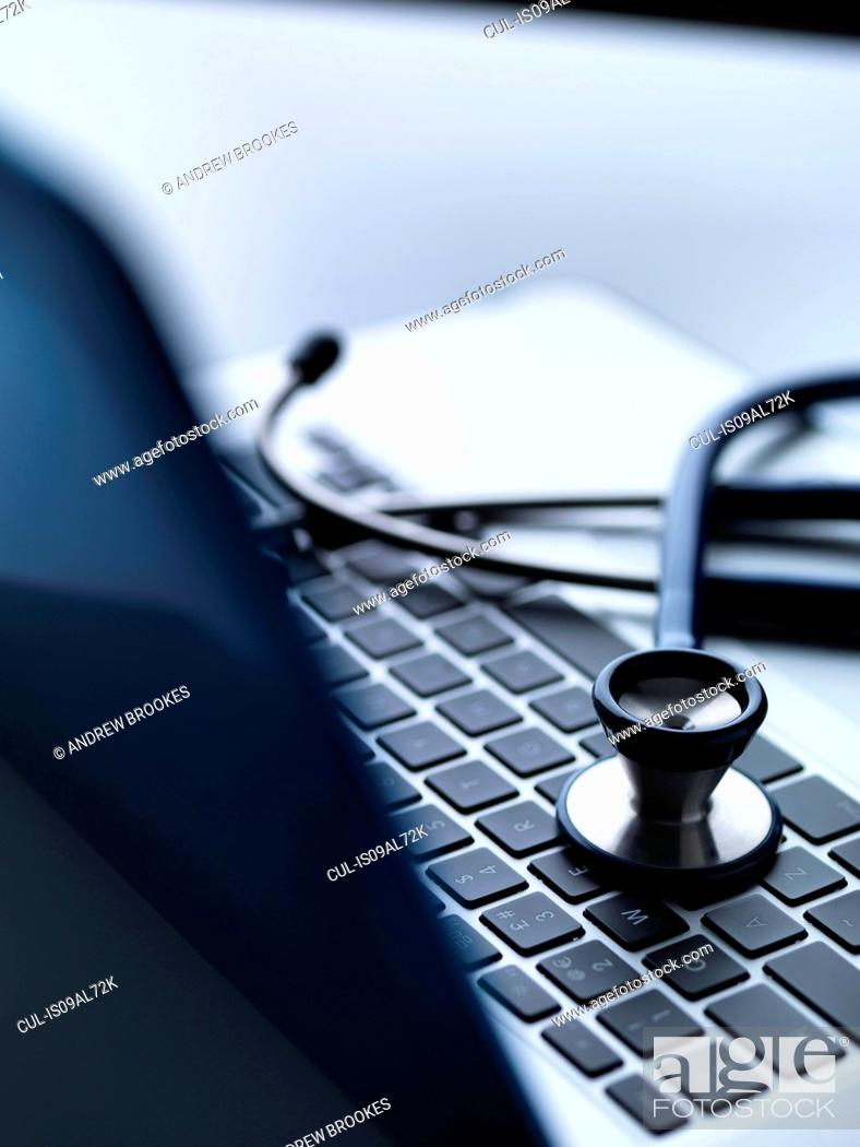 Imagen: Stethoscope on top of laptop computer keyboard on doctors desk.