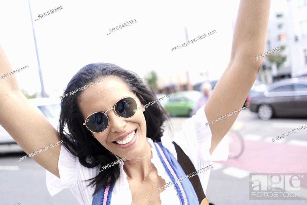 Imagen: Brazilian woman wearing Dirndl, Munich, Germany.