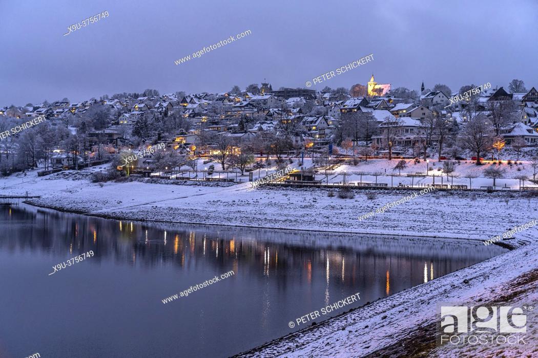 Stock Photo: Verschneite Winterlandschaft an der Sorpe bei Langscheid in der abenddämmerung, Sundern, Hochsauerlandkreis, Nordrhein-Westfalen | Snowy winter landscape at.