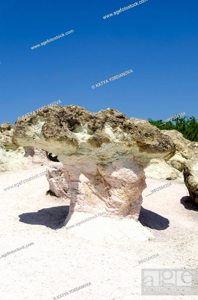 Imagen: Rock phenomenon Stone mushrooms near town of Kardzhali, Rhodope, Bulgaria.