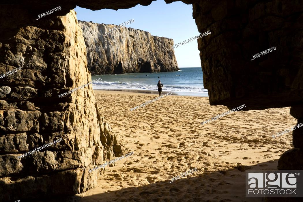 Imagen: View from a cave on the beach, Algarve, Portugal.
