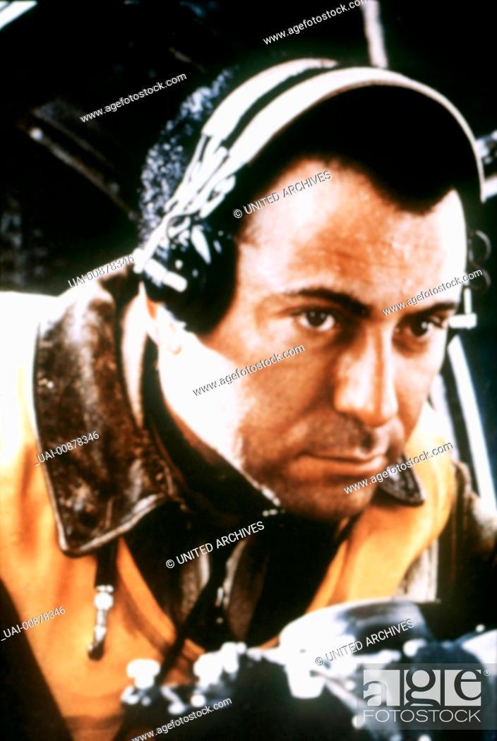 Stock Photo: catch 22 - der böse trick - Ein Bomberpilot erlebt 1944 auf einem amerikanischen Luftwaffenstützpunkt im Mittelmeerraum den Irrsinn des Krieges.