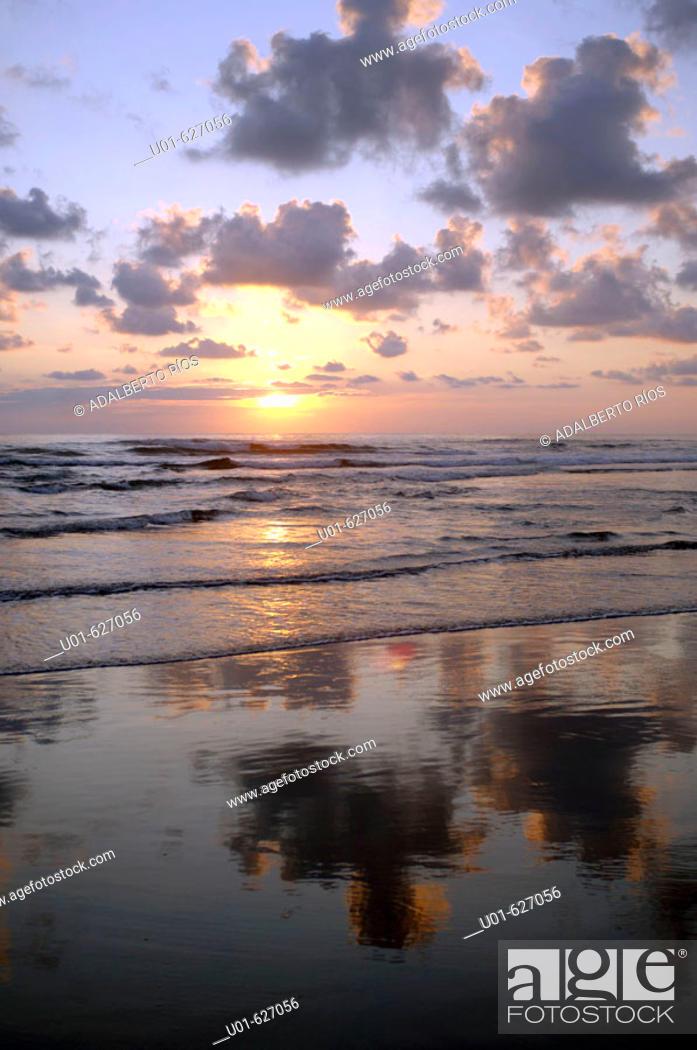 Stock Photo: 'Playa de las Brisas'. Michoacan. Mexico./ Atardecer en la Playa de las Brisas. La costa Michoacana tiene una extension de 250 kms que recorre la carretera.