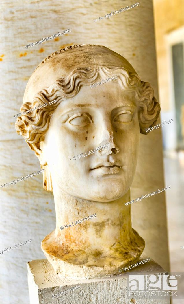 Imagen: Ancient Nike Goddess Victory Statue Stoa of Attalos Agora Market Place Athens Greece. Statue 138-161 AD Stoa built in 150 BC.