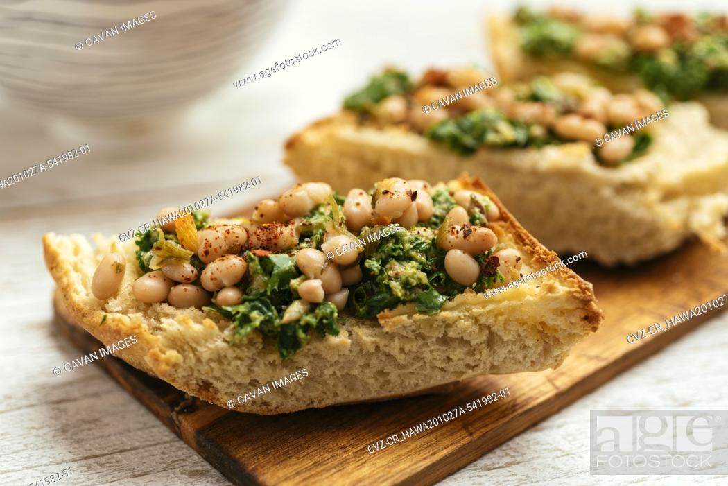 Imagen: Home Made Vegan Kale Pesto with White Beans Bruschetta.