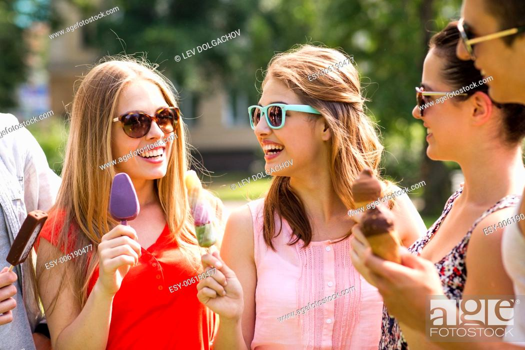 Photo de stock: friendship, leisure, sweets, summer and people concept - group of smiling friends with ice cream outdoors.