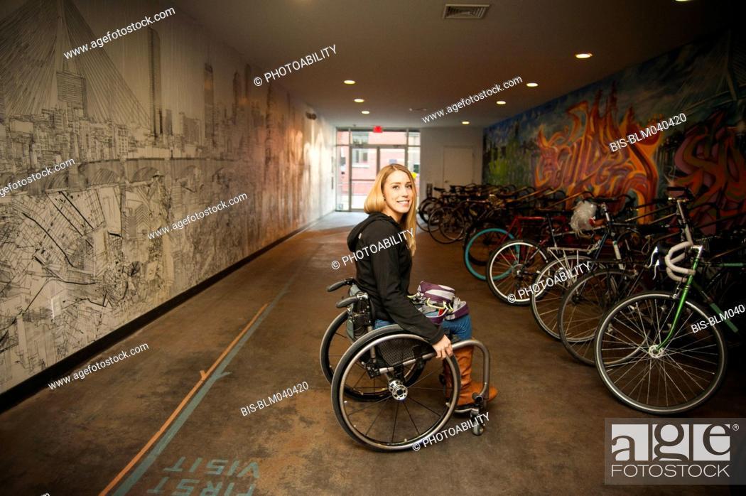 Imagen: Paraplegic woman sitting in wheelchair.