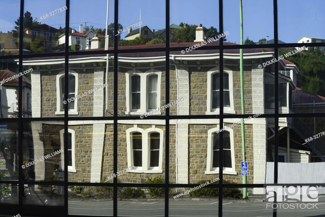 Imagen: The museum reflected in a new building in Port Chalmers, New Zealand.