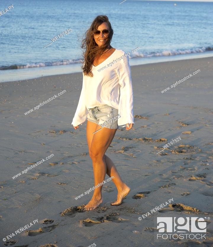 Photo de stock: young girl enjoying comfortable morning clothes on the Islantilla beach, Huelva.