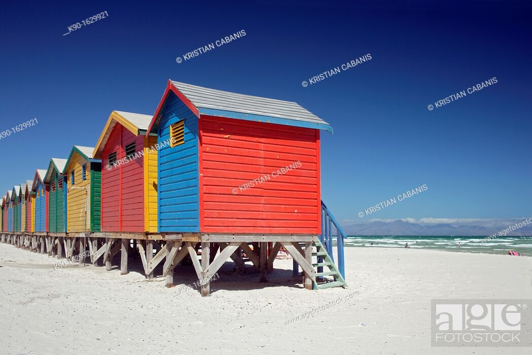 Photo de stock: Colorful beach huts at the sandy beach of Muizenberg with blue sky, False Bay near Cape Town, South Africa.