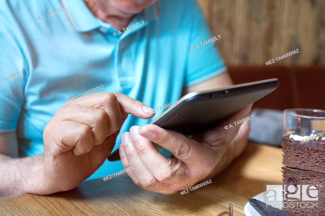 Imagen: Senior man using phablet, close-up.