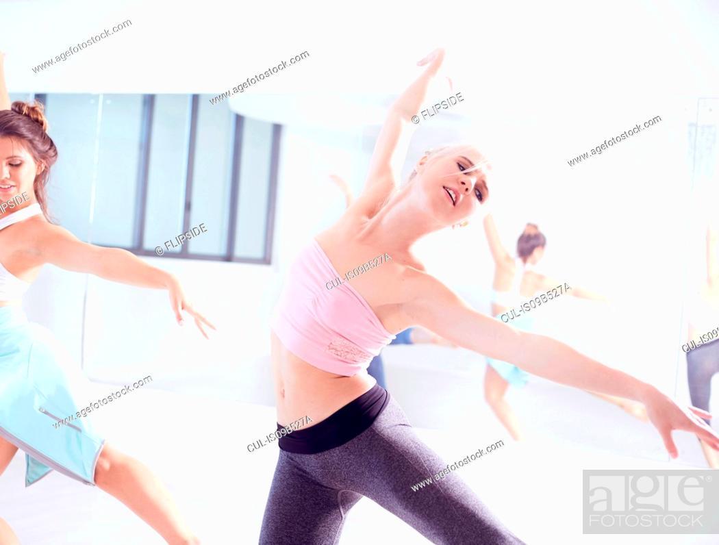 Imagen: Female ballet dancers practicing, dancing with arms open.