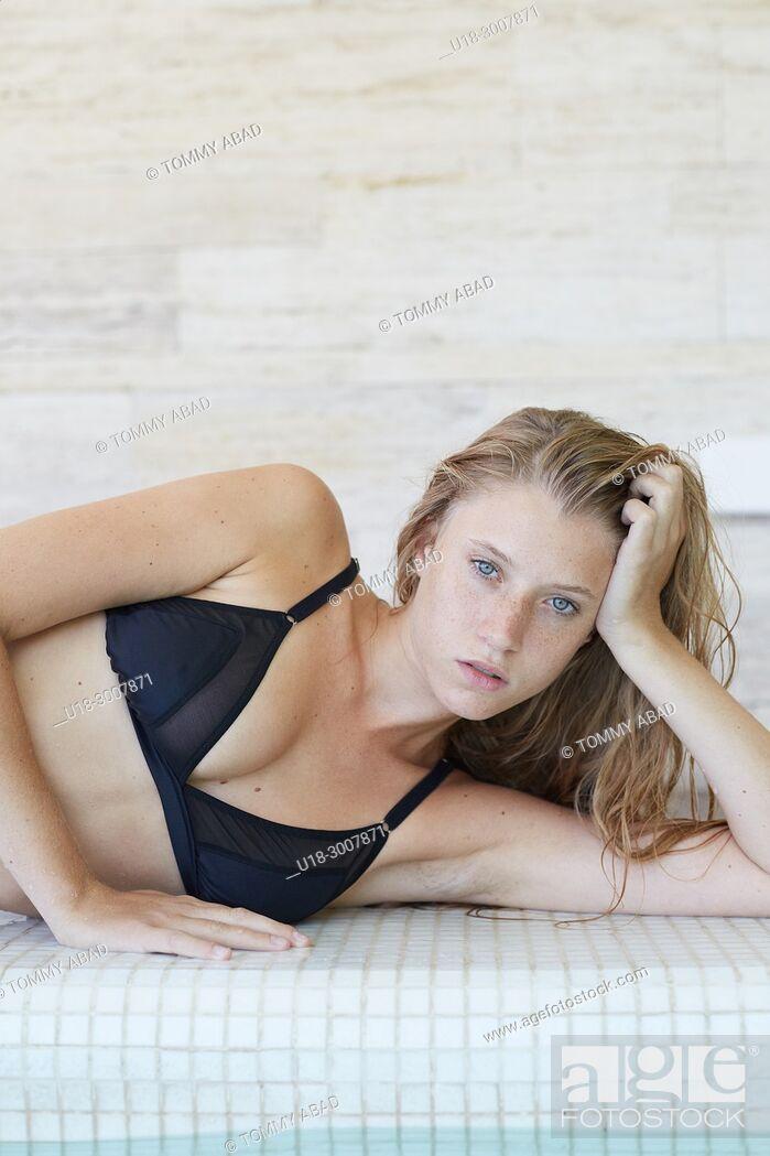 Imagen: Blonde girl in black bikini.