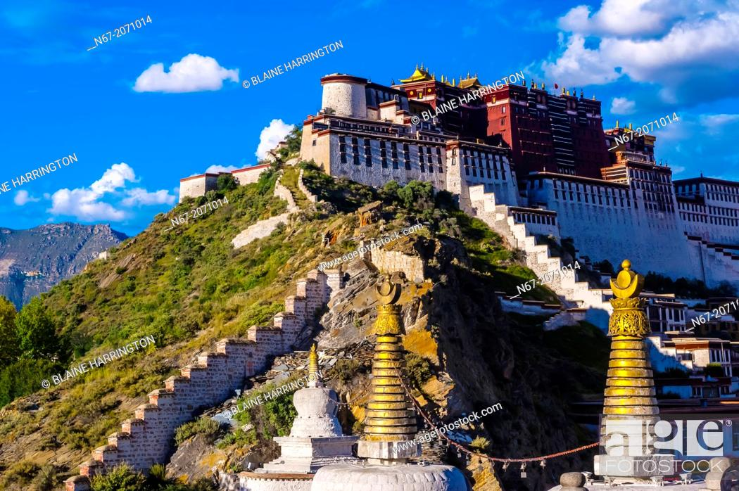 Photo de stock: The Potala Palace with stupas in the foreground, Lhasa, Tibet (Xizang), China.