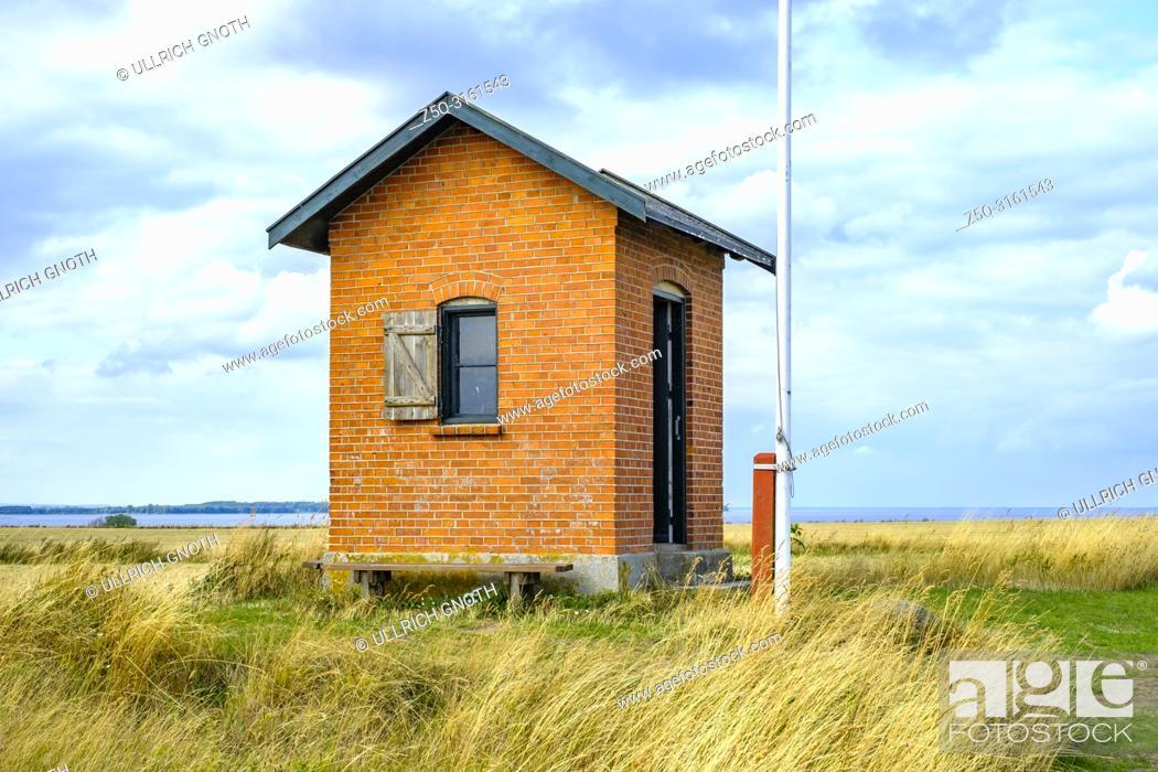 Imagen: Old historic pilot house on Nyord Island north of Moen, Denmark, Scandinavia, Europe. Altes historisches Lotsenhaus auf der Insel Nyord nördlich von Mön.