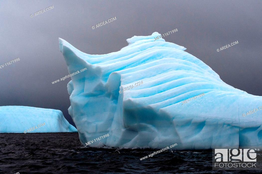 Imagen: Iceberg floating at sea .